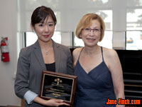 Sue Chun receives the Family Service Toronto Youth Volunteer Award